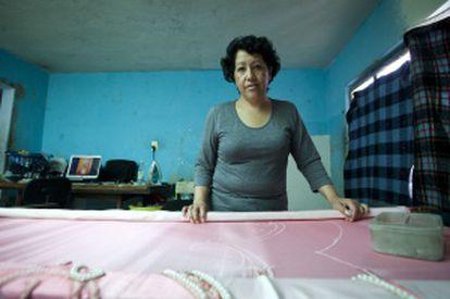 Antonia ha sacado adelante a su familia trabajando como costurera.