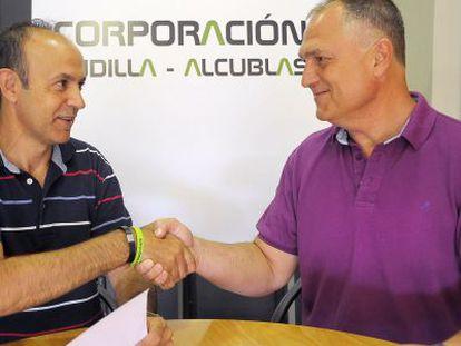 Los alcaldes de Andilla, Jesús Ruiz, a la izquierda, y Alcublas, Manuel Civera, en la firma del acuerdo.