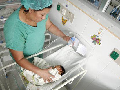 Una enfermera atiende a un bebé nacido con microcefalia en Honduras.