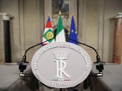 El podio donde se esperaba que Carlo Cottarelli hablara con los periodistas tras la reunión el presidente Matarella, en el palacio del Quirinal de Roma, este martes.
