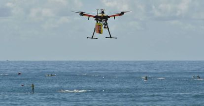 Un dron controla a tiburones, bañistas y surfistas en la playa de Bigola, en Sídney.