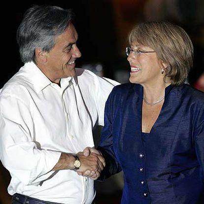 El derrotado candidato de la derecha, Sebastián Piñera, felicita a Michelle Bachelet en el cuartel general de ésta.