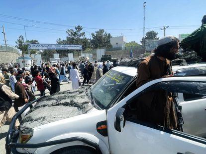 Talibanes vigilan las zonas cercanas al aeropuerto de Kabul, este lunes.