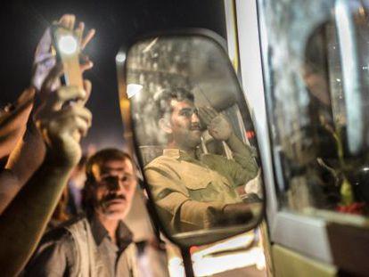 Kurdos en Turquía saludan a los 'peshmerga'.