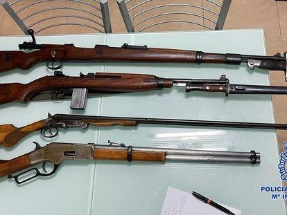Parte de las armas incautadas en la vivienda de Murcia el pasado viernes.