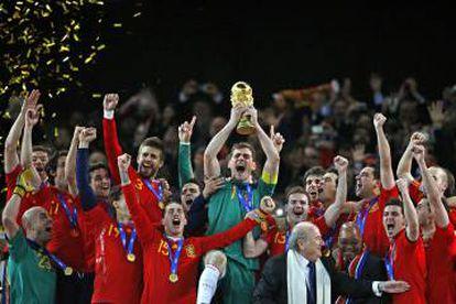Iker Casillas levanta la Copa del Mundo en Sudáfrica en 2010.