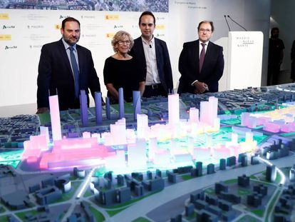La alcaldesa de Madrid, Manuela Carmena, y el ministro de Fomento, José Luis Ábalos, durante la presentación de la maqueta del proyecto Madrid Nuevo Norte.