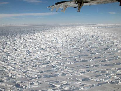 Imagen aérea que muestra la inmensidad del glaciar Thwaites, uno de los mayores y más inestables de la Antártida.