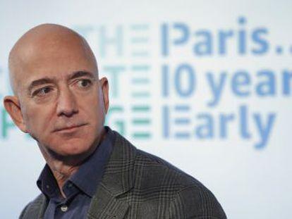 El empresario compra 100.000 furgonetas eléctricas y promete que Amazon cumplirá los objetivos del Acuerdo de París diez años antes de lo establecido