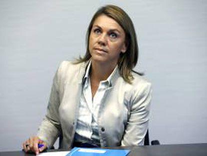 La secretaria general del PP, María Dolores de Cospedal, durante la reunión que ha mantenido con representantes de los sindicatos de la función pública, esta tarde en la sede nacional del Partido Popular.
