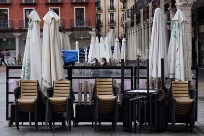 Terrazas de bares recogidas en Valladolid este viernes, por el cierre de la hostelería en Castilla y León durante dos semanas.