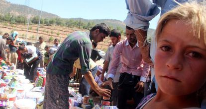 Refugiados yazidíes reciben ayuda cerca de Dohuk.