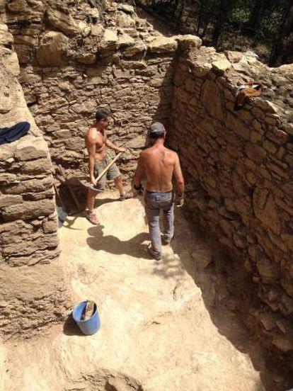 Trabajos en el interior de una de las torres de la muralla de Samalús.