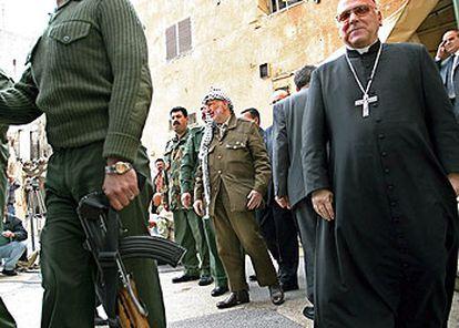 Yasir Arafat sale de su cuartel general de Ramala tras entrevistarse con Michel Sabbah, patriarca latino de Jerusalén.