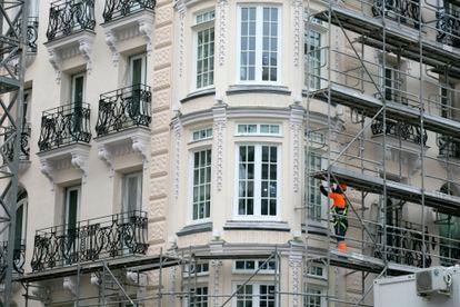 Obras de renovación en un edificio de pisos, en Madrid.