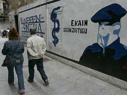 Mural a favor de ETA y de la independencia de Euskadi, pintado en el centro de Hernani (Gipuzkoa).