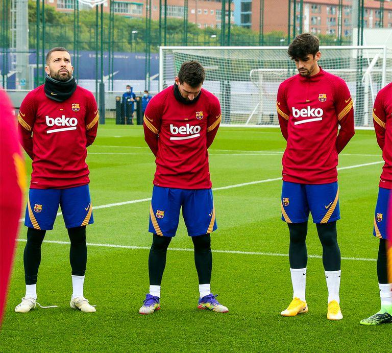 Jordi Alba, Messi y Trincão guardan un minuto de silencio por Maradona.