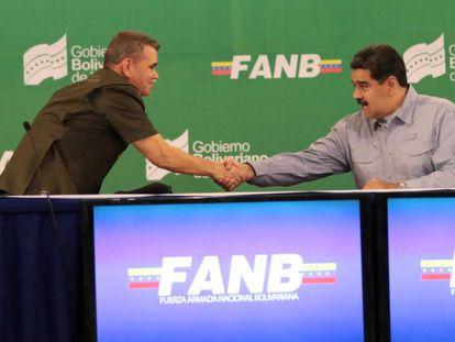 Nicolás Maduro, a la derecha, a estrecha la mano del ministro de Defensa, Vladímir Padrino.