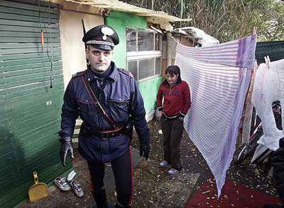Un agente italiano recorre el campamento ilegal Tor di Quinto, al norte de Roma, cerrado por la policía.