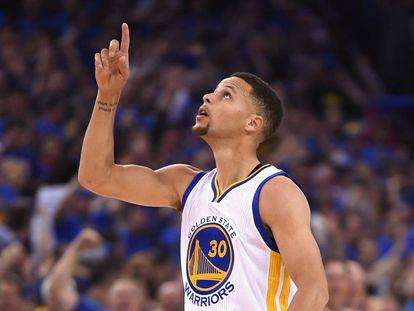 Stephen Curry celebra uno de sus triples.