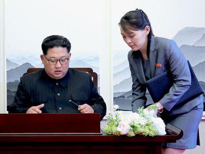 Kim Yo-jong y su hermano Kim Jong-un, que firma un libro de visitas en un encuentro entre las dos Coreas, en una foto de archivo.