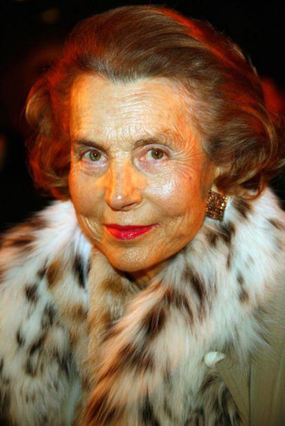 """Liliane Bettencourt es la mujer más rica de Francia, heredera del imperio L'Oréal, con una fortuna de 17.000 millones de euros. A raíz del escándalo se ha descubierto que escondía dos cuentas opacas en Suiza que, según promete, va a recolocar en Francia. Con 87 años, sorda y aislada, no se habla con su única hija, Françoise, a causa de la denuncia que ésta interpuso contra su amigo, el fotógrafo François-Marie Banier. La millonaria apareció el viernes en televisión: aparentemente lúcida a pesar de la sordera, se fue por la tangente a la hora de responder sobre su presunto delito de evasión fiscal. A la pregunta de si entendía que la opinión pública se extrañara alarmara cuando se enteró de que había hecho regalos a un amigo por más de 1.000 millones de euros, respondió, algo despectiva: """"Sí, lo entiendo; ¿Y qué pasa?"""""""