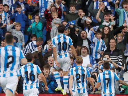 Los jugadores de la Real Sociedad celebran el gol de Mikel Oyarzabal con su afición la temporada pasada