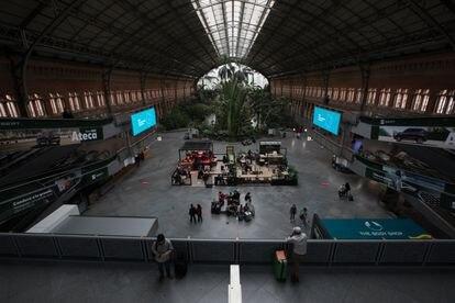 Pasajeros en el interior de la Estación de Atocha.