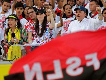 El presidente nicaragüense, Daniel Ortega, su esposa, la vicepresidenta Rosario Murillo, y su hija Camila Ortega, conmemoran el 40º aniversario de la Revolución Sandinista en julio de 2019.