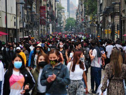 Ciudadanos pasean en el centro histórico de la capital mexicana.