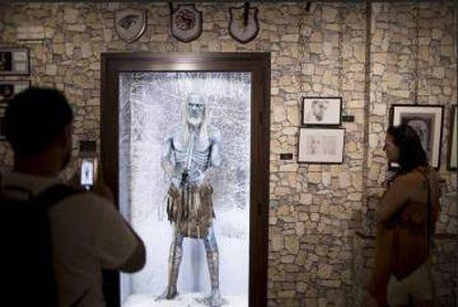 Una pareja visita una de las salas sobre 'Juego de tronos' del museo de Osuna.