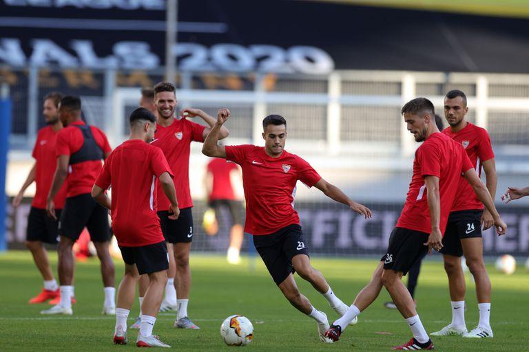 Reguilón persigue un balón en el entrenamiento del Sevilla en el MSV Arena de Duisburgo.