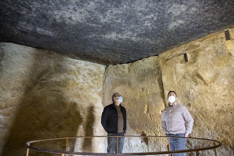 José Antonio Lozano y Leonardo García Sanjuán, bajo la cobija cinco, en el interior del dolmen de Menga (Antequera).