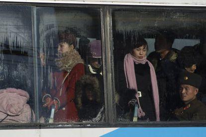 Norcoreanos en un autobús, este viernes en Pyongyang.