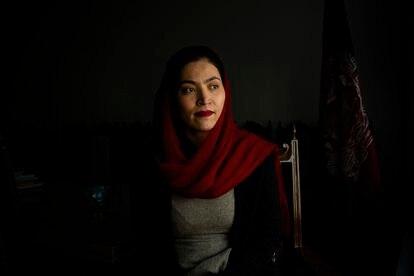 Gaisu Yari es un referente para las mujeres de Afganistán. Comisionada  para Asuntos Sociales del anterior Gobierno, graduada en EE UU, tuvo que abandonar el país con la llegada de los talibanes. Esta fotografía fue tomada en Kabul en marzo de 2020.