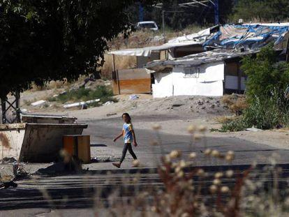 Una niña camina por el poblado marginal del Gallinero.