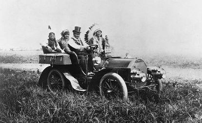 El líder apache Gerónimo conduce en 1904. Junto a él viajan otros tres hombres nativos.