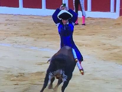 Jesús Arruga cuadra en la cara del segundo toro de la tarde.