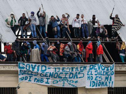 Internos amotinados de la cárcel de Villa Devoto piden que se aceleren las excarcelaciones para combatir el coronavirus, el 24 de abril