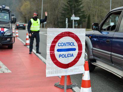 Control de los Mossos d'Esquadra, en la entrada de Ripoll, en Girona, a finales de 2020.