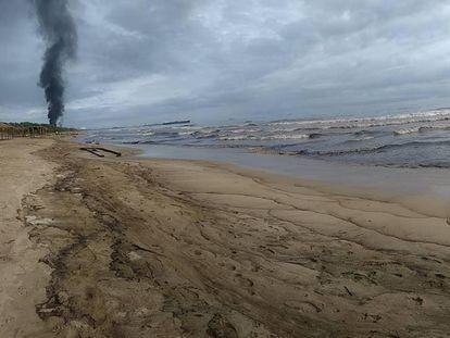 La contaminación por petróleo en la playa El Palito en Puerto Cabello (Venezuela).