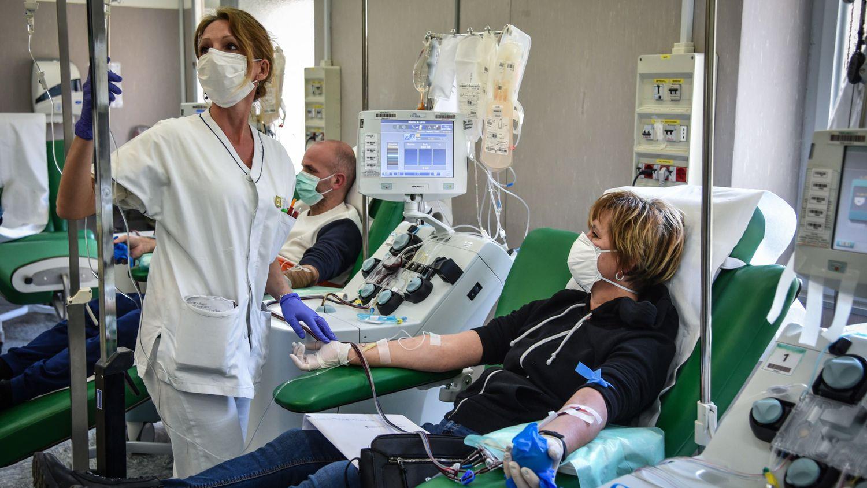 Una sanitaria atiende este lunes a una paciente recuperada del coronavirus en un hospital de Pavía (Italia).
