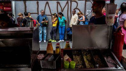 Cola para sacar dinero de un cajero de Caracas.