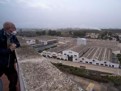 Juan José López, 67 años, mira el complejo industrial de Santana Motor, semiabandonado, donde trabajó hasta 2002.