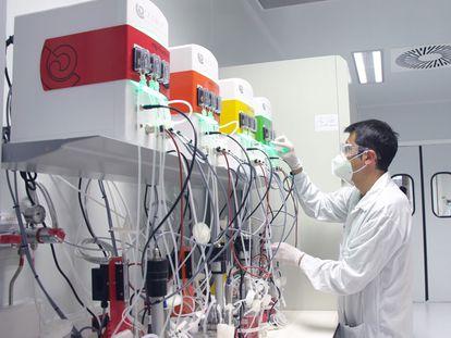 Un tecnico de Hipra trabajando con bioreactores.
