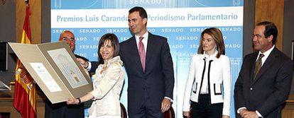 El príncipe de Asturias entrega el reconocimiento a Anabel Díez ayer en el Senado.