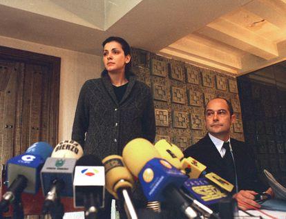 Nevenka Fernández anuncia su dimisión como concejal, junto a su abogado, Adolfo Barreda, el 26 de marzo de 2001.