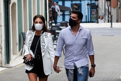 La actriz Paula Echevarria y Miguel Torres por las calles de Candas el pasado junio.