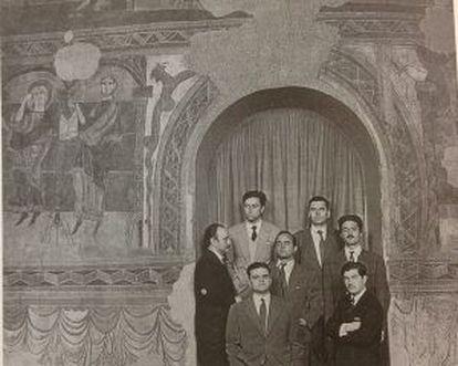 Tàpies, a la derecha con traje con traje claro, y el resto de miembros del Grup de Taüll, fotografiados en 1955 por Català Roca.