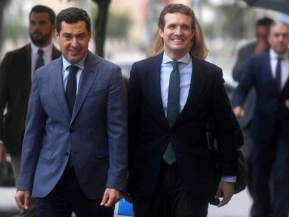 El presidente del PP, Pablo Casado (d), junto al andaluz, Juanma Moreno, a su llegada hoy al acto / En vídeo, declaraciones de Pablo Casado